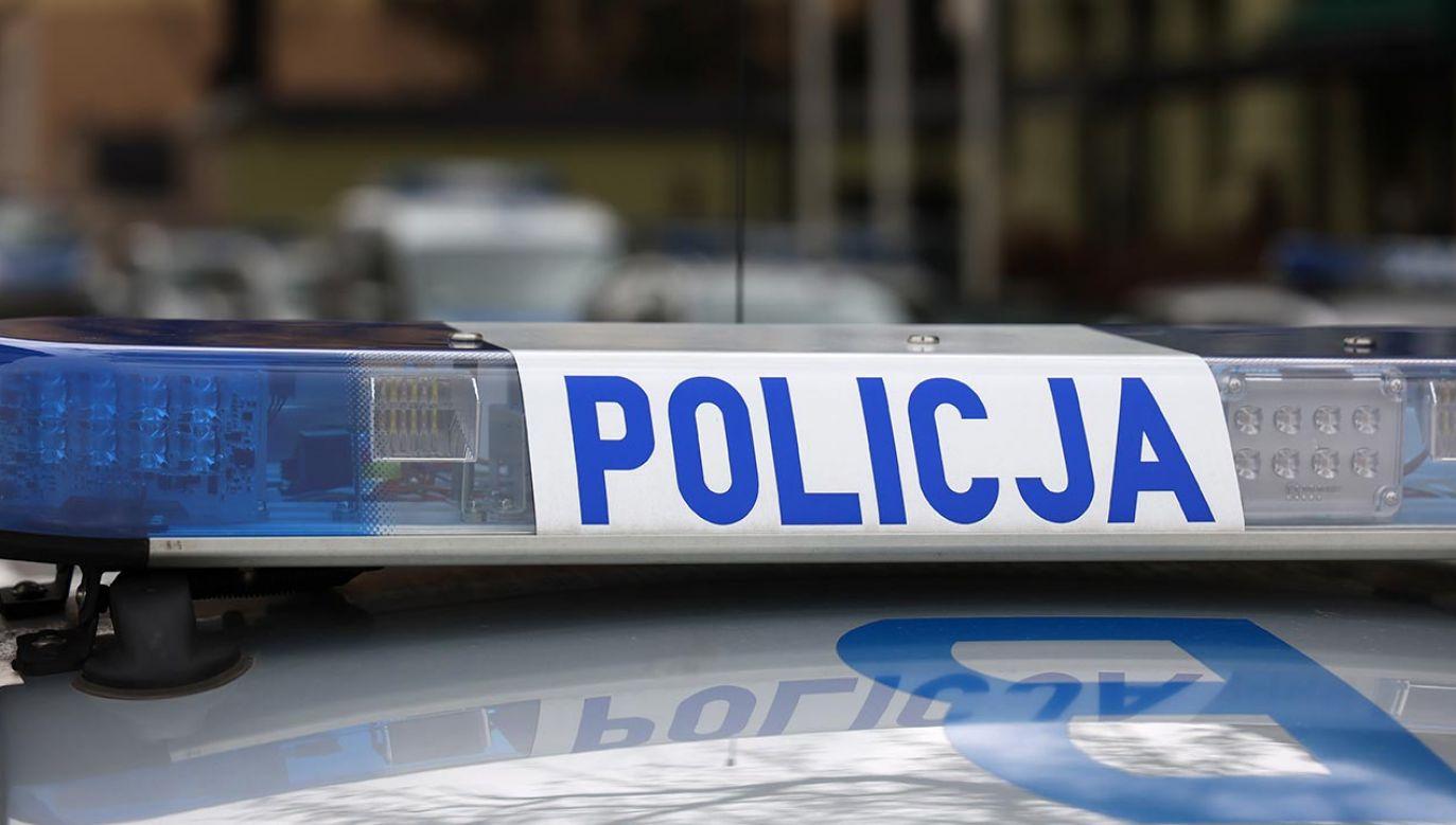 Policjanci pomogli rodzinie w dotarciu do szpitala (fot. Shutterstock/DarSzach)