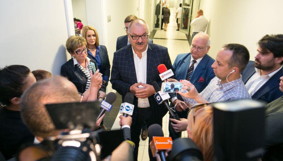 Marszałek woj. dolnośląskiego Cezary Przybylski w rozmowie z mediami (fot. PAP/Maciej Kulczyński