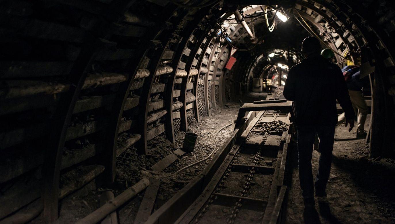 W przypadku potwierdzania przypadków pozostania górników na dole kopalni, każdorazowo zjedzie do nich dyrektor zakładu (fot. Shutterstock/Daniel Jedzura, zdjęcie ilustracyjne)