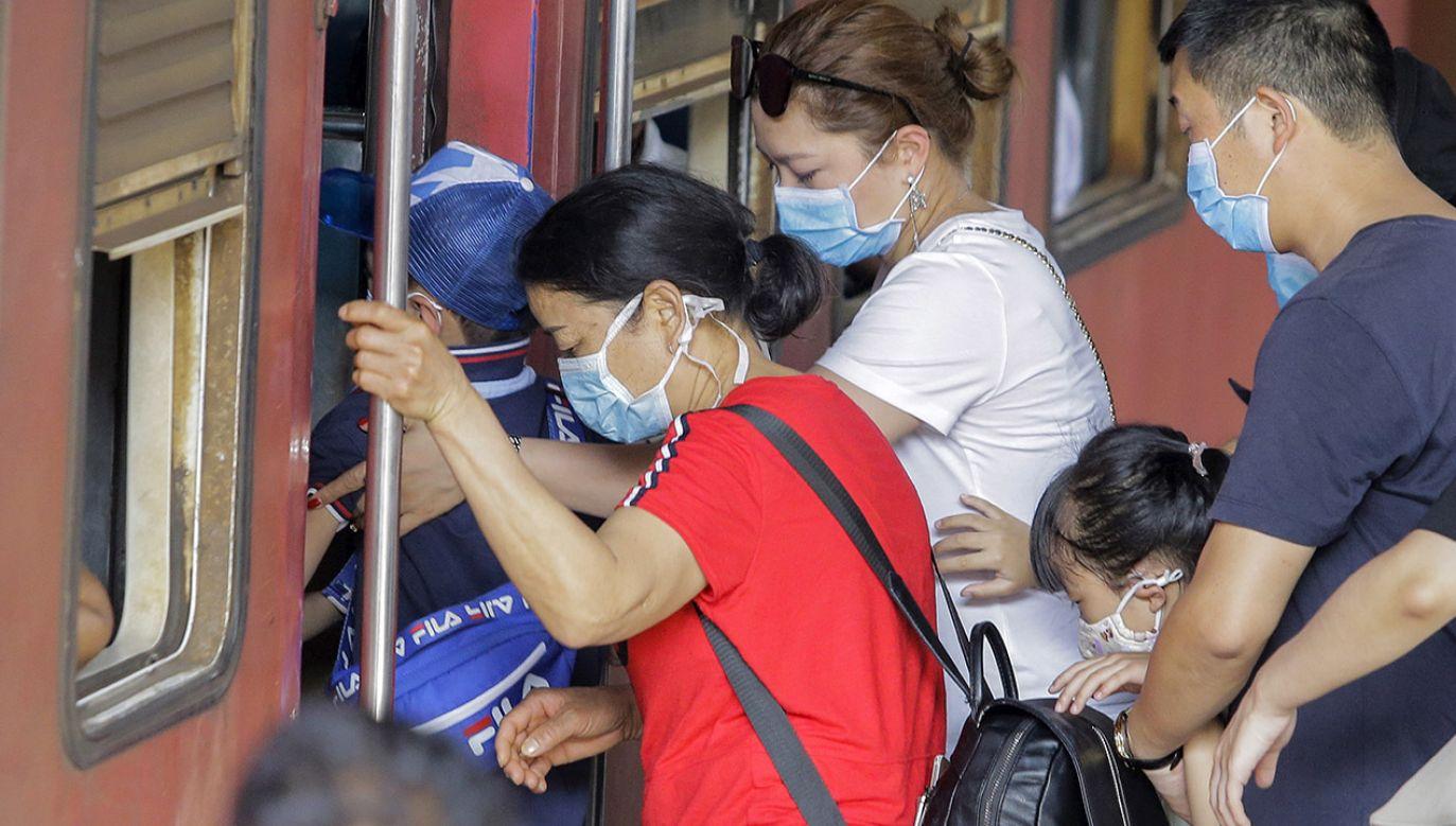 Minister zdrowia wyjaśnił, że koronawirus jest bardzo zakaźny, ale pod względem ryzyka i zagrożenia dla zdrowia porównywalny z wirusem grypy prawdziwej (fot. PAP/EPA/CHAMILA KARUNARATHNE)