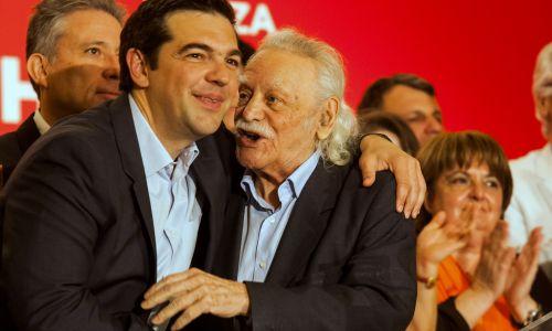 Manolis Glezos (z prawej), grecki bohater wojenny, który zerwał hitlerowską flagę z Akropolu oraz Aleksis Tsipras (pierwszy z lewej), obecny premier Grecji  i lider lewicowej koalicji SYRIZA, z której europosłem był Glezos. Kampania wyborcza do PE w 2014 roku. Fot. Andreas Papakonstantinou/Pacific Press/LightRocket via Getty Images