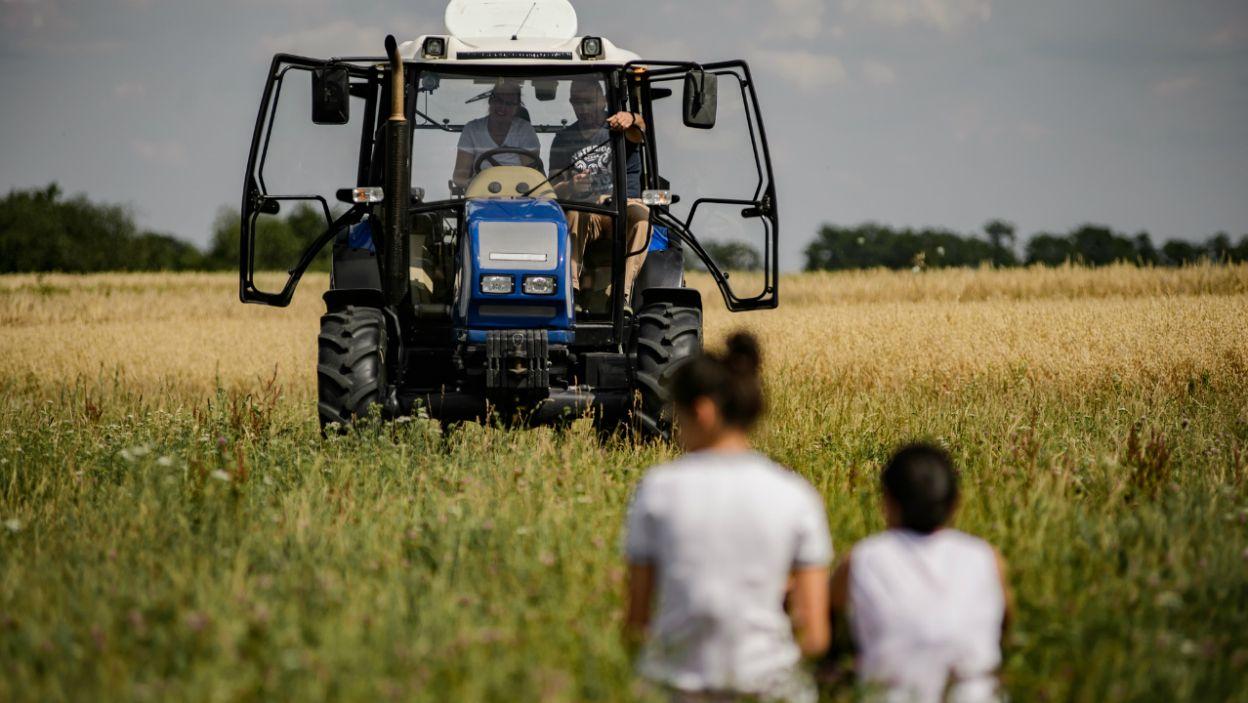 W nagrodę Sławek przygotował dla nich konkurencję – wyścig traktorem! (fot. TVP)