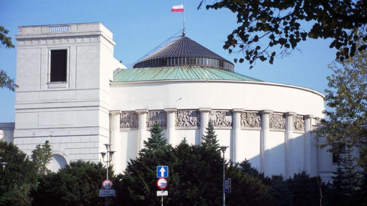 Z sondażu wynika, że do Sejmu dostaną się cztery ugrupowania  (fot. Shutterstock/Maciej Rawluk)