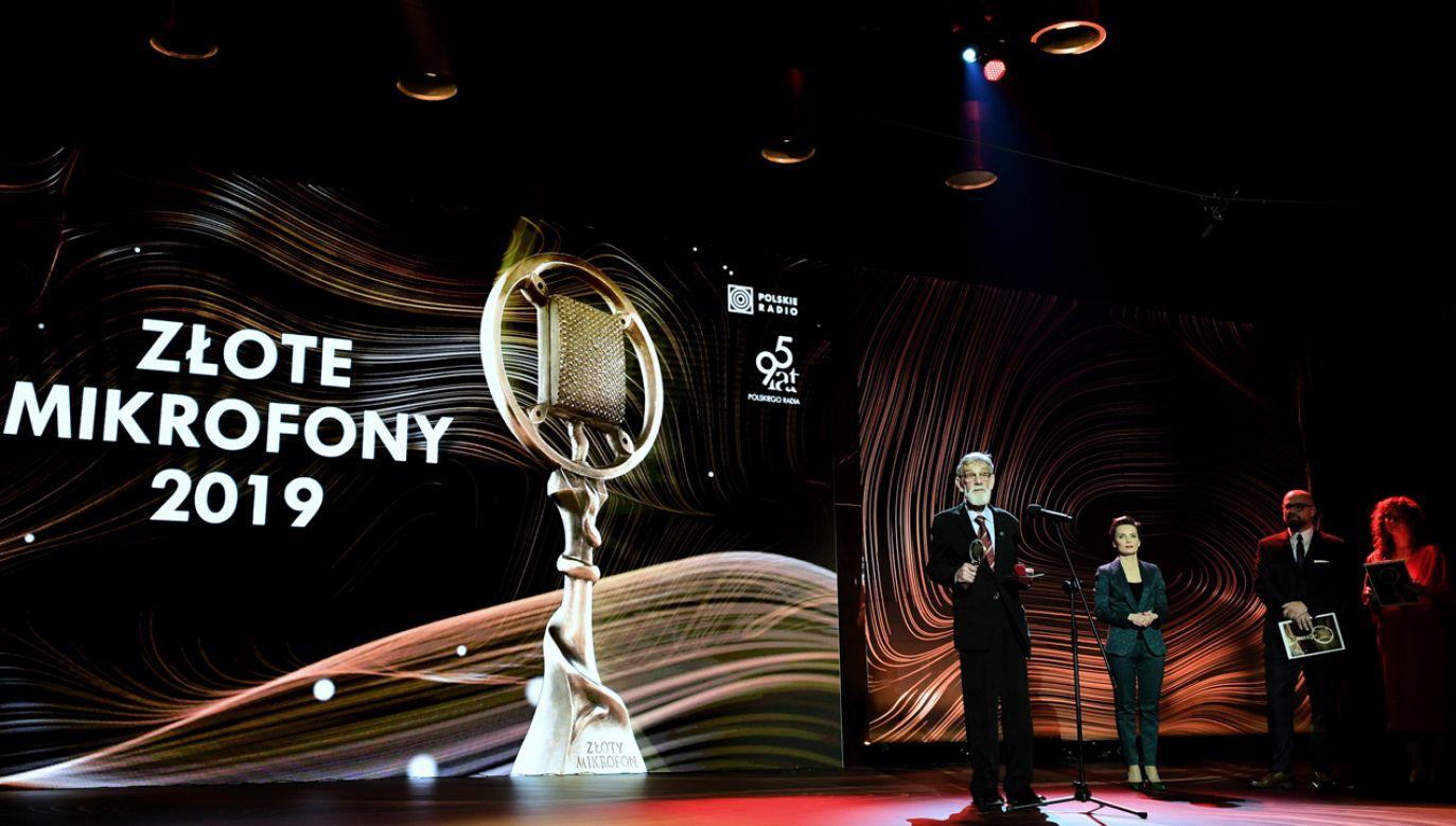 Laureat nagrody specjalnej, dziennikarz radiowy Tadeusz Fredro-Boniecki (C) podczas gali wręczenia nagród Polskiego Radia Złote Mikrofony 2019 (fot. PAP/Marcin Obara)