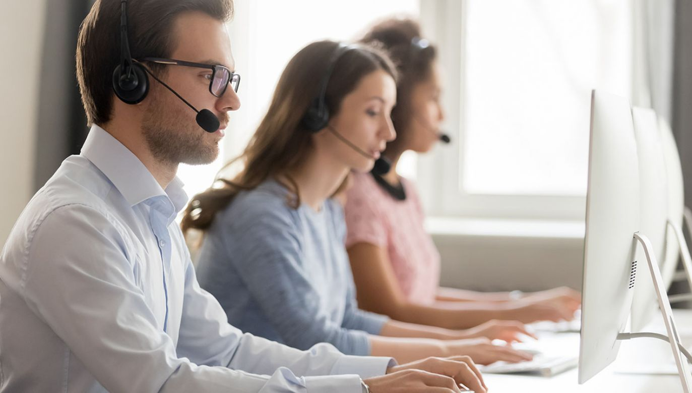 Skuteczność w walce z telemarketingiem ma zapewnić współpraca nawiązana przez trzy urzędy - UKE, UOKiK i UODO (fot. Shutterstock/fizkes)