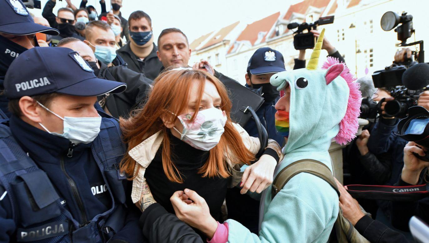Uczestnicy protestu przeciwko zaostrzeniu prawa aborcyjnego przed willą rządową przy ulicy Parkowej w Warszawie (fot. PAP/Leszek Szymański)