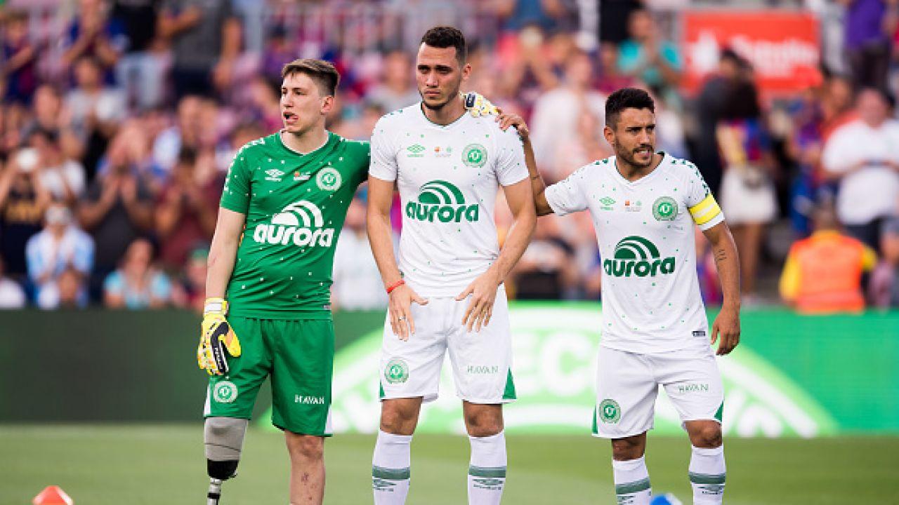 Neto (w środku) wraz z dwoma innymi kolegami z drużyny, którzy przeżyli katastrofę (fot. Alex Caparros/Getty Images)