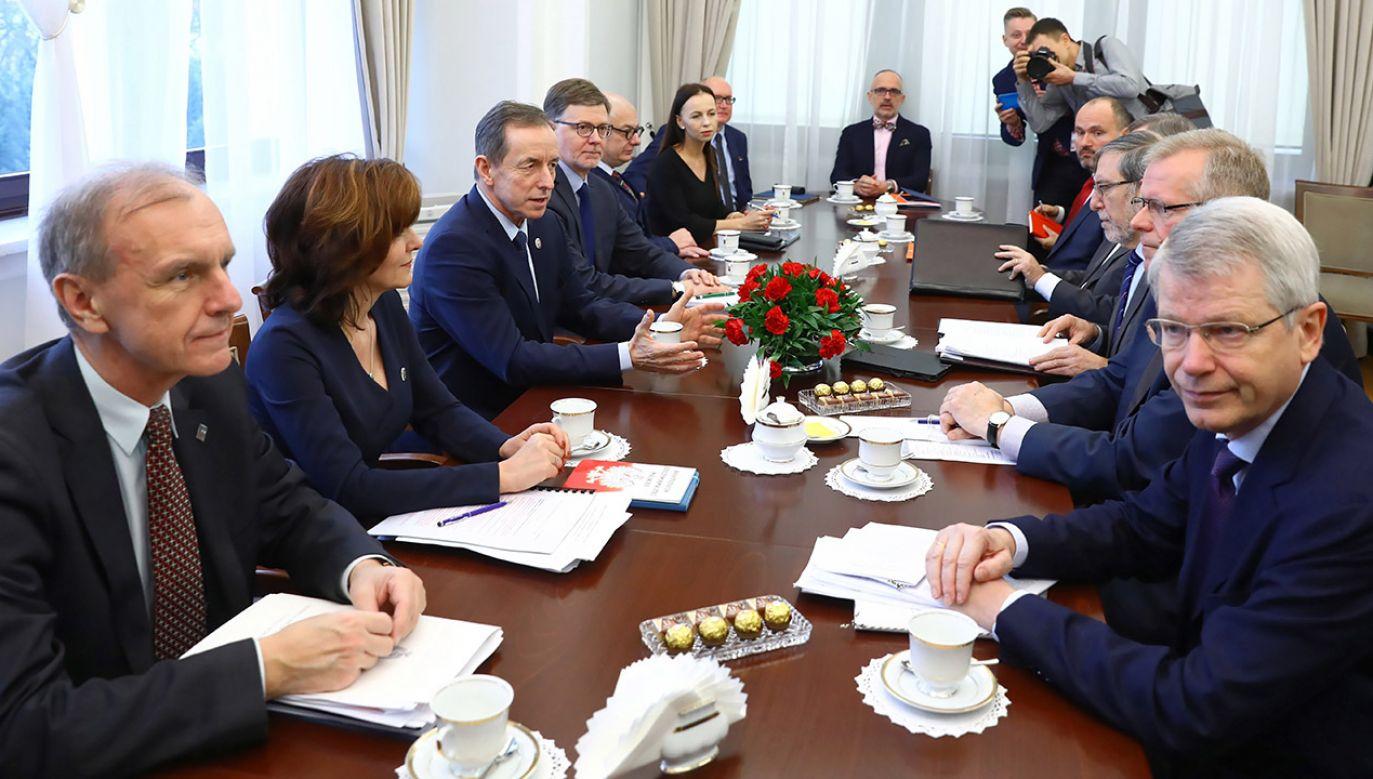 Politycy PiS-u podejrzewają, że opinia Komisji Weneckiej ma związek ze spotkaniem jej przedstawicieli z marszałkiem Senatu (fot. arch.PAP/Rafał Guz)