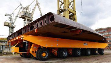 Platforma samojezdna do transportu elementów statków i konstrukcji wielkogabarytowych (fot. PAP/Marcin Bielecki)