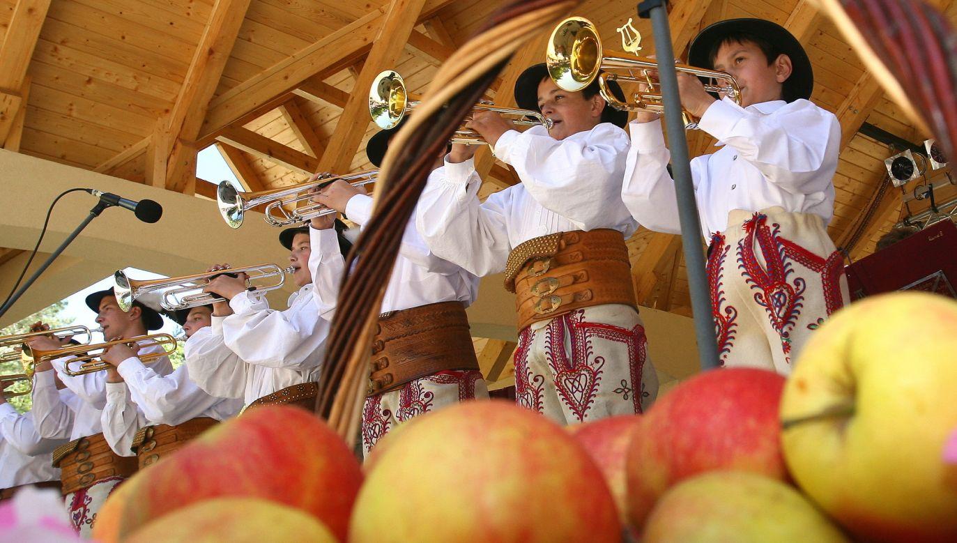 Święto sadowników, zwane Świętem Kwitnącej Jabłoni, 13 maja 2007 r. w Łącku. Po uroczystej mszy barwny korowód uczestników imprezy udał się do leśnego amfiteatru na wspólną zabawę. Fot. PAP/Grzegorz Momot