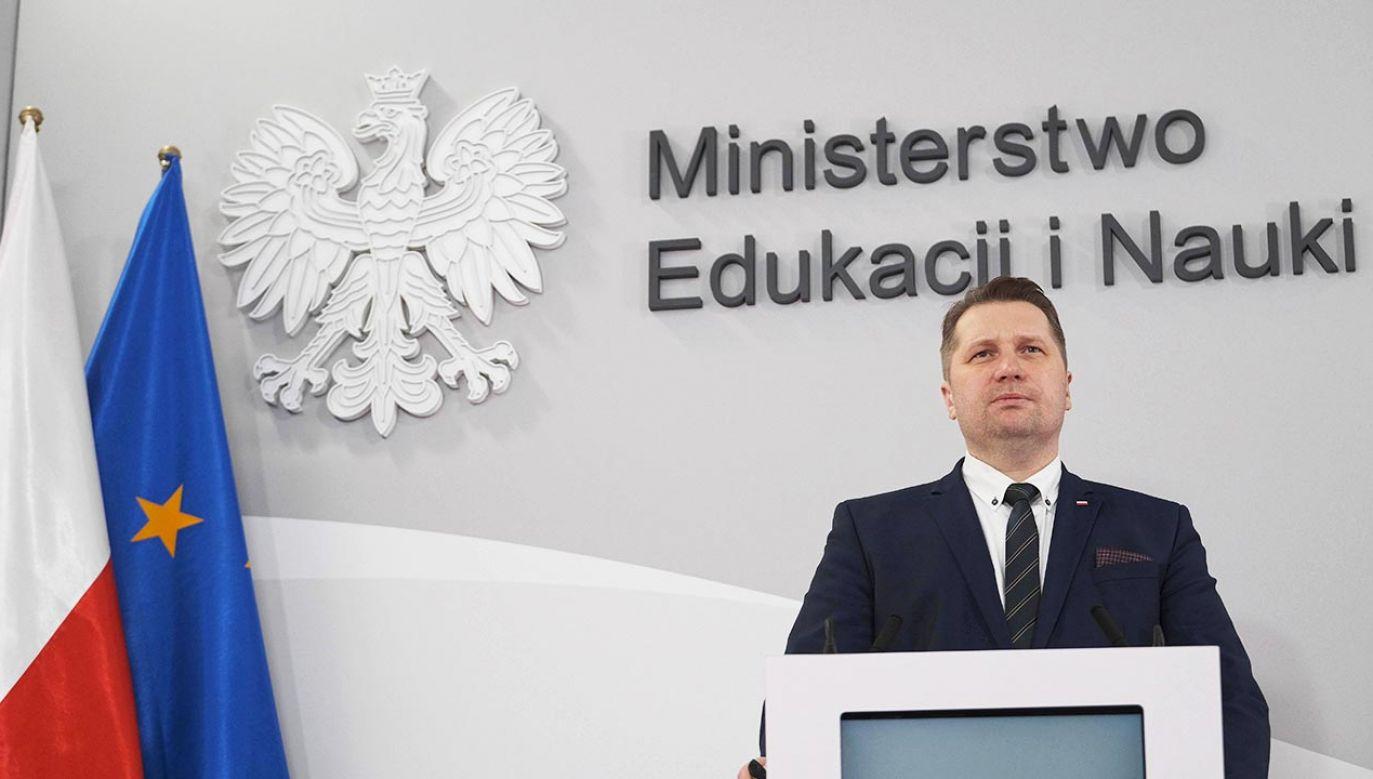 Przemysław Czarnek mówi o powrocie do nauki stacjonarnej starszych uczniów szkół (fot. PAP/Mateusz Marek)