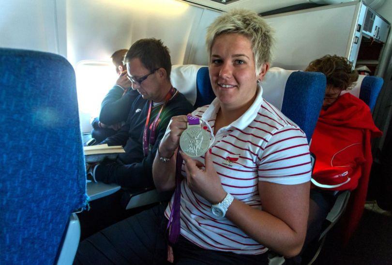 Anita Włodarczyk prezentuje srebrny medal olimpijski (fot. PAP/Leszek Szymański)