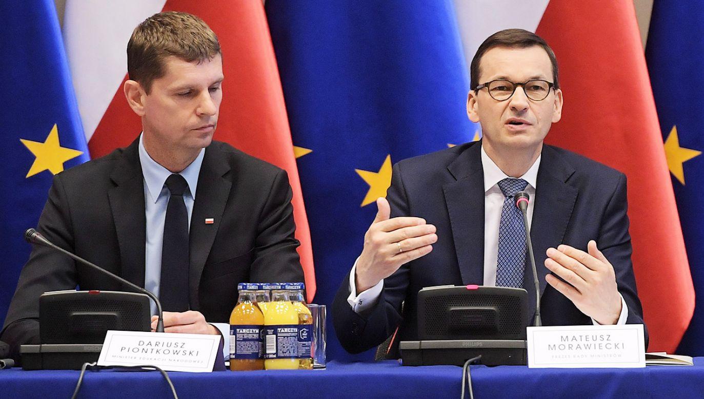 Premier Morawiecki podsumowując poniedziałkowe obrady odniósł się m.in. do pomysłu w sprawie zwiększenia pensum nauczycieli (fot. PAP/Marcin Obara)