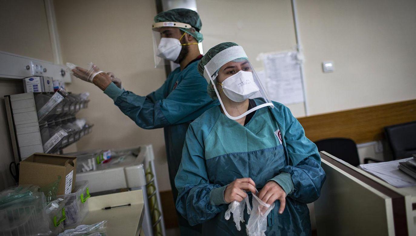 Wyniki sekcji zwłok 10 ofiar COVID-19 (fot. Ozge Elif Kizil/Anadolu Agency via Getty Images)