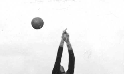 20 czerwca 1931, od prawej: Józef Nawrot (Legia), Jerzy Bułanow, bramkarz Stefan Kisieliński, Mieczysław Ałaszewski (wszyscy trzej Polonia). Fot. NAC/IKC