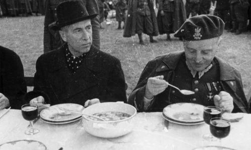 W dwudziestoleciu pierwszy raz w Polsce skodyfikowano kuchnię wojskową. W 1918 r, jeszcze we Francji, opublikowano pierwsze menu garnizonowe armii Hallera. Później menu wojskowe było często rewidowane w stosownych ministerstwach. Na zdjęciu prezydent RP Władysław Raczkiewicz i gen. Władysław Sikorski jedzą zupę podczas uroczystości wręczenia sztandaru Samodzielnej Brygadzie Strzelców Podhalańskich. Kwiecień 1940 w Malestroit. Fot. NAC/Archiwum Fotograficzne Czesława Datki, sygn. 18-257-34