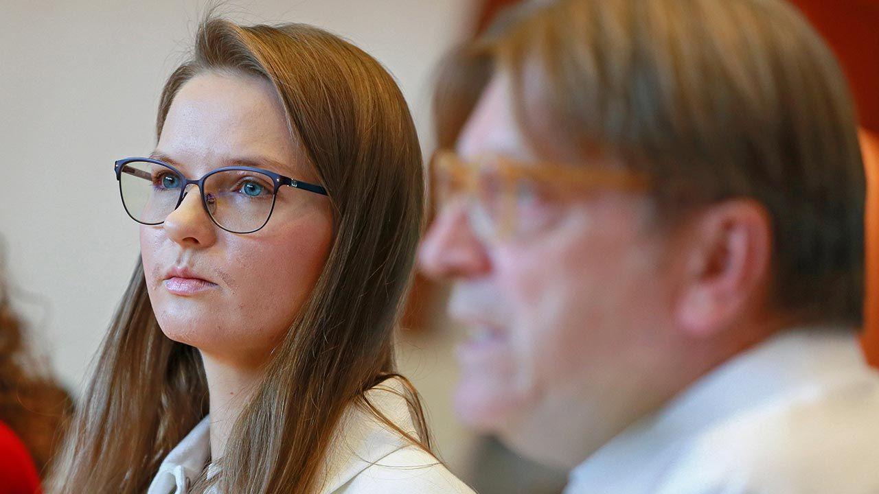 Ludmiła Kozłowska, szefowa Fundacji Otwarty Dialog, i Guy Verhofstadt, przewodniczący frakcji liberałów w Parlamencie Europejskim (fot. PAP/EPA/STEPHANIE LECOCQ)