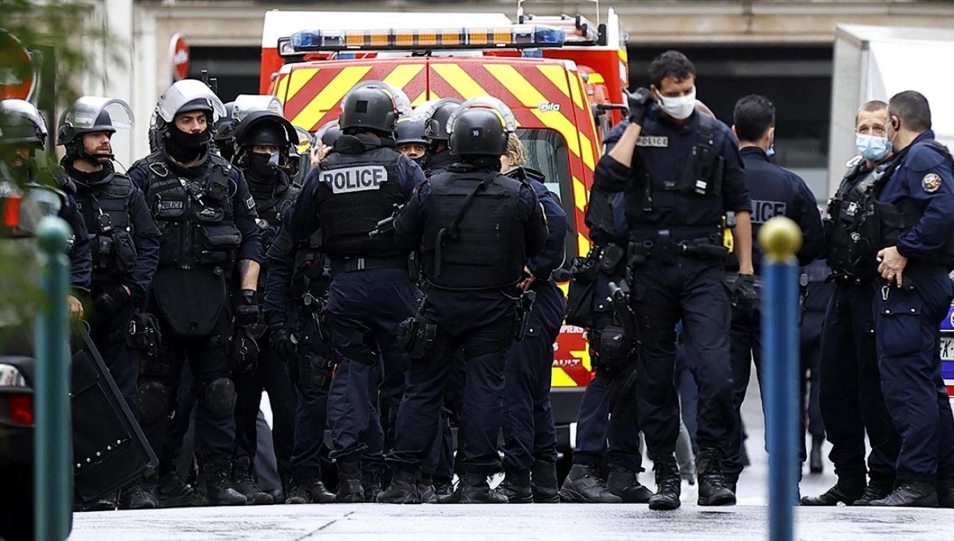 Około południa zamachowiec uzbrojony w tasak zaatakował dwóch pracowników agencji prasowej znajdującej się przy dawnej siedzibie tygodnika satyrycznego Charlie Hebdo (fot. PAP/EPA/IAN LANGSDON)
