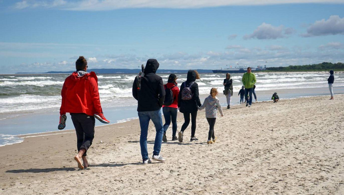 Pierwszy weekend bez maseczek na plaży w Świnoujściu (fot. PAP/Marcin Bielecki)