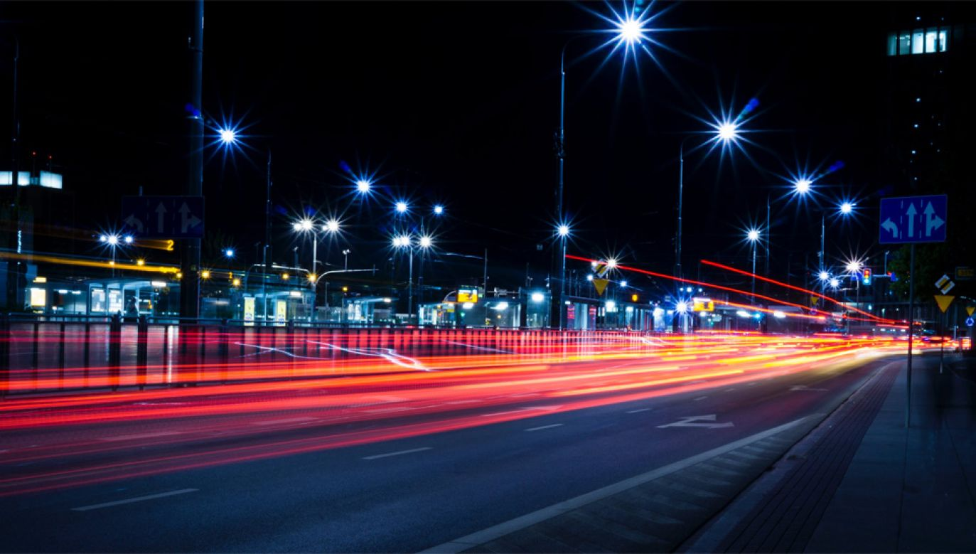 Nocą w wypadkach ginie więcej osób (fot. Pexels)