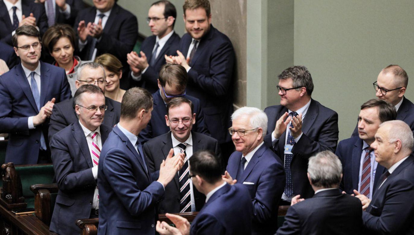 Minister spraw wewnętrznych i administracji, koordynator służb specjalnych Mariusz Kamiński (C) po głosowaniu nad wnioskiem o wyrażenie wotum nieufności (fot. PAP/Paweł Supernak)