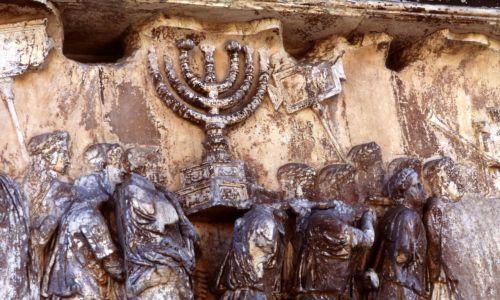 Wojska rzymskie wynoszące Menorę ze świątyni w Jerozolimie, 70 rok n.e. Legion pod dowództwem Tytusa Flawiusza zdobył miasto podczas powstania żydowskiego przeciwko panowaniu rzymskiemu w Judei – rozpoczęło się w 66 roku, a skończyło w 73 klęską Żydów i doprowadziła do zniszczenia całego kraju. Świątynia została spalona. Fot. Ann Ronan Pictures/Print Collector/Getty Images