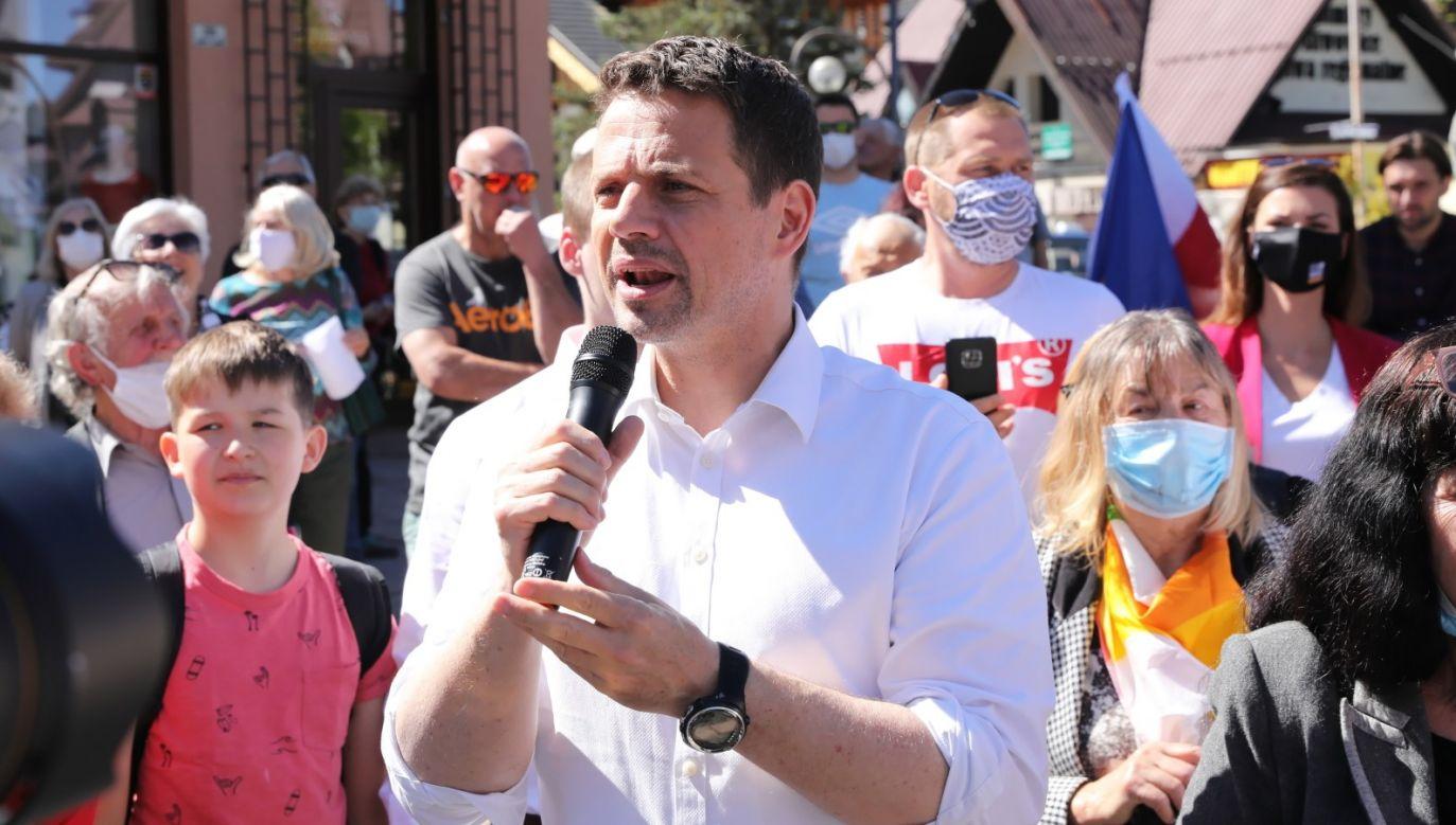 """Rafał Trzaskowski stwierdził, że """"rząd zostawił branżę turystyczną samą sobie"""" (fot. PAP/Grzegorz Momot)"""