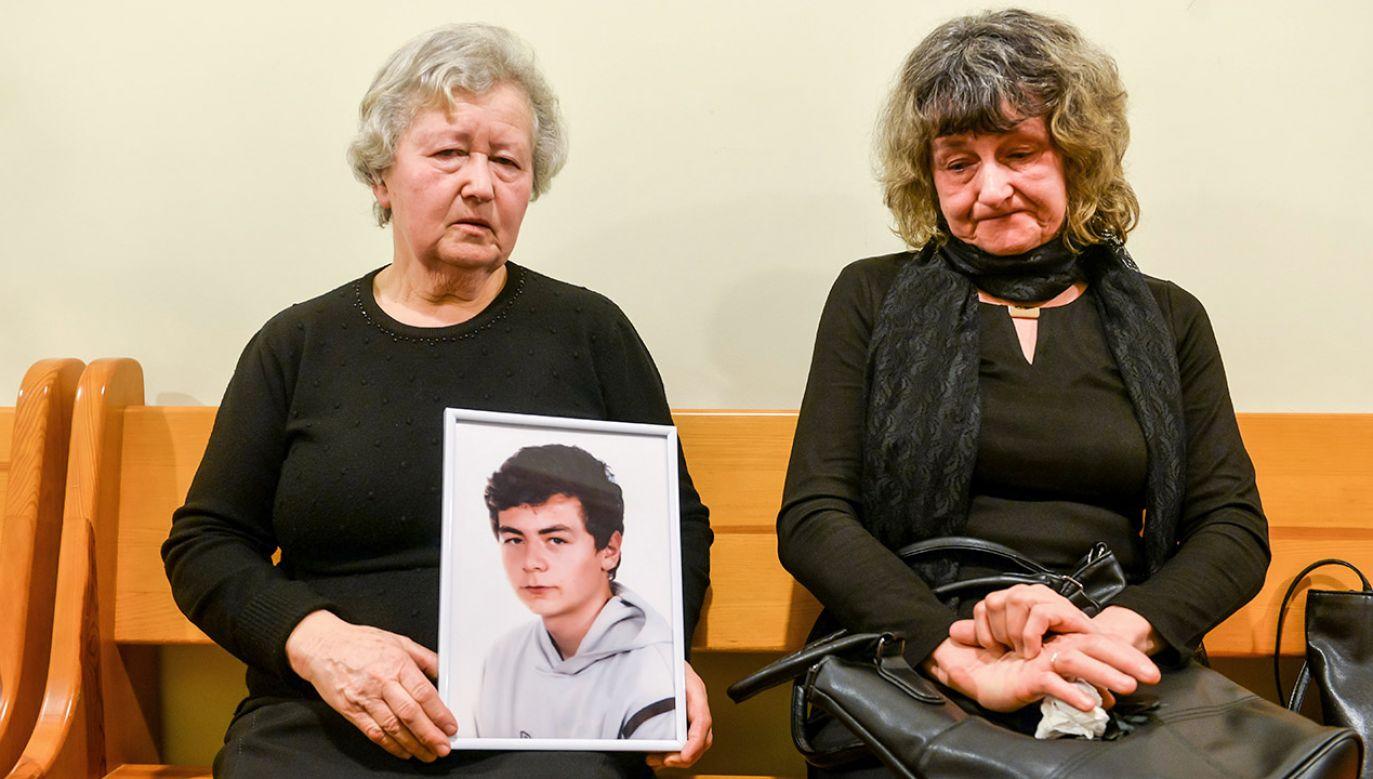 – Myślę o nim dzień i noc, i płaczę – mówiła mama Patryka P. – Takie wyroki są za zabicie psa – dodawała babcia, która do sądu przyszła z portretem wnuka (fot. PAP/Jan Dzban)