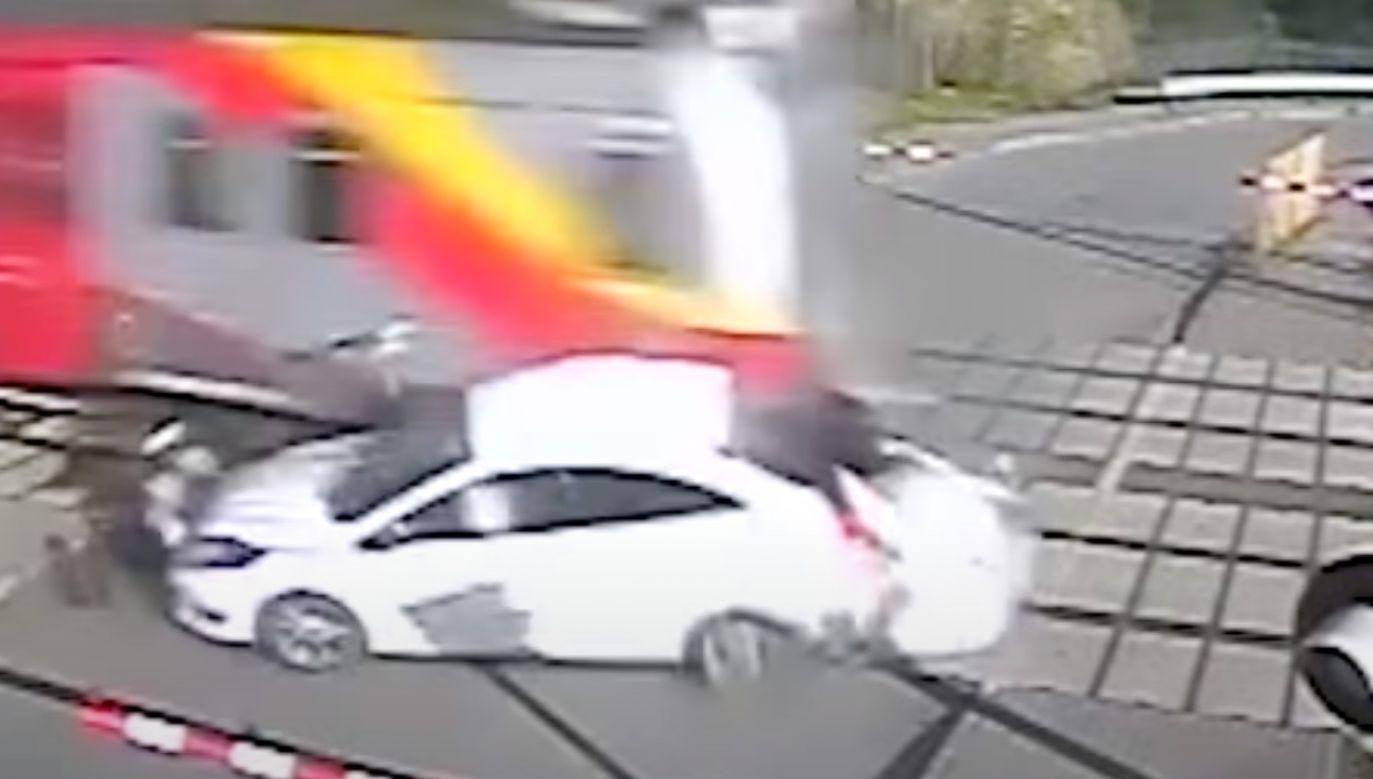 Kierowca ominął rogatki, by wjechać prosto pod pociąg (fot. YouTube/PKP Polskie Linie Kolejowe SA)