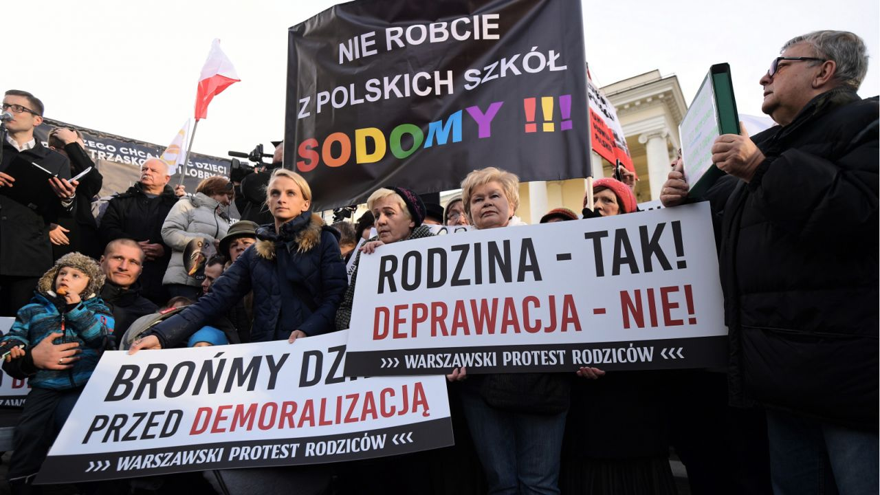 Podpisana przez prezydenta Warszawy Rafała Trzaskowskiego Karta LGBT+ wywołała szerokie protesty wielu środowisk społecznych (fot. PAP/Marcin Obara)