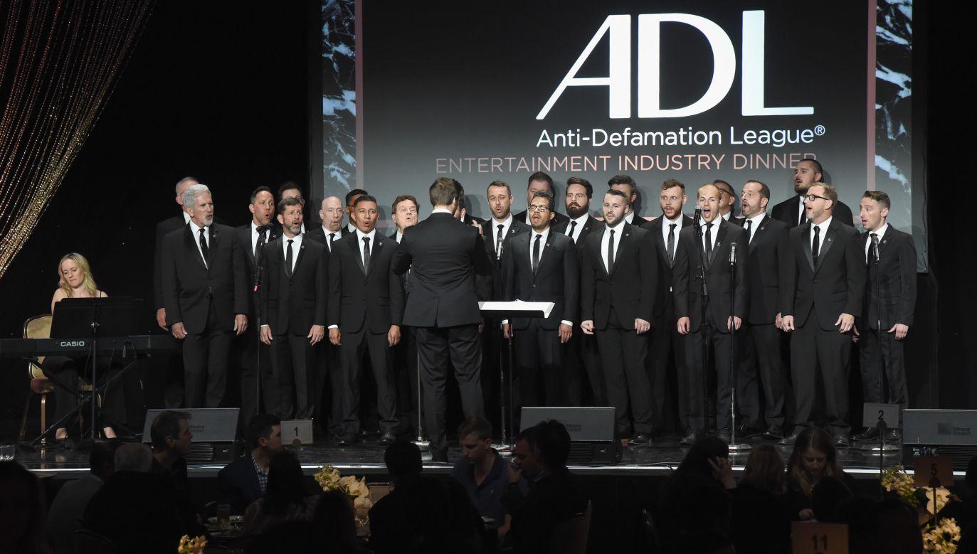 Chór Gejowski miasta Los Angeles (istniejący od 1979 roku największy na świecie chór homoseksaulistów) śpiewał podczas uroczystego obiadu ADL w hotelu Beverly Hilton w Beverly Hills w kwietniu 2018. Fot. Michael Kovac/Getty Images