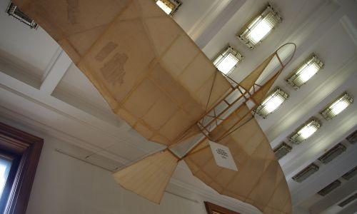 """""""Lotnię"""" (miała 7 mkw. powierzchni skrzydeł i masę 18 kg) przekazał Muzeum Przemysłu i Rolnictwa w Warszawie, ale uległa zniszczeniu we wrześniu 1939 (na zdjęciu replika z Muzeum Techniki w Warszawie, zbudowana przez Pawła Zołotowa). W latach 1905–1907 Tański konstruowałć śmigłowce, ale proby wniezsienia ich nie powiodły się. Zaprojektował też samolot jednopłatowy """"Łątka"""". Aeroklub Polski ustanowił medal im. Czesława Tańskiego za osiągnięcia w szybownictwie. Fot. WikiCommons/Mateusz Opasiński - Praca własna"""