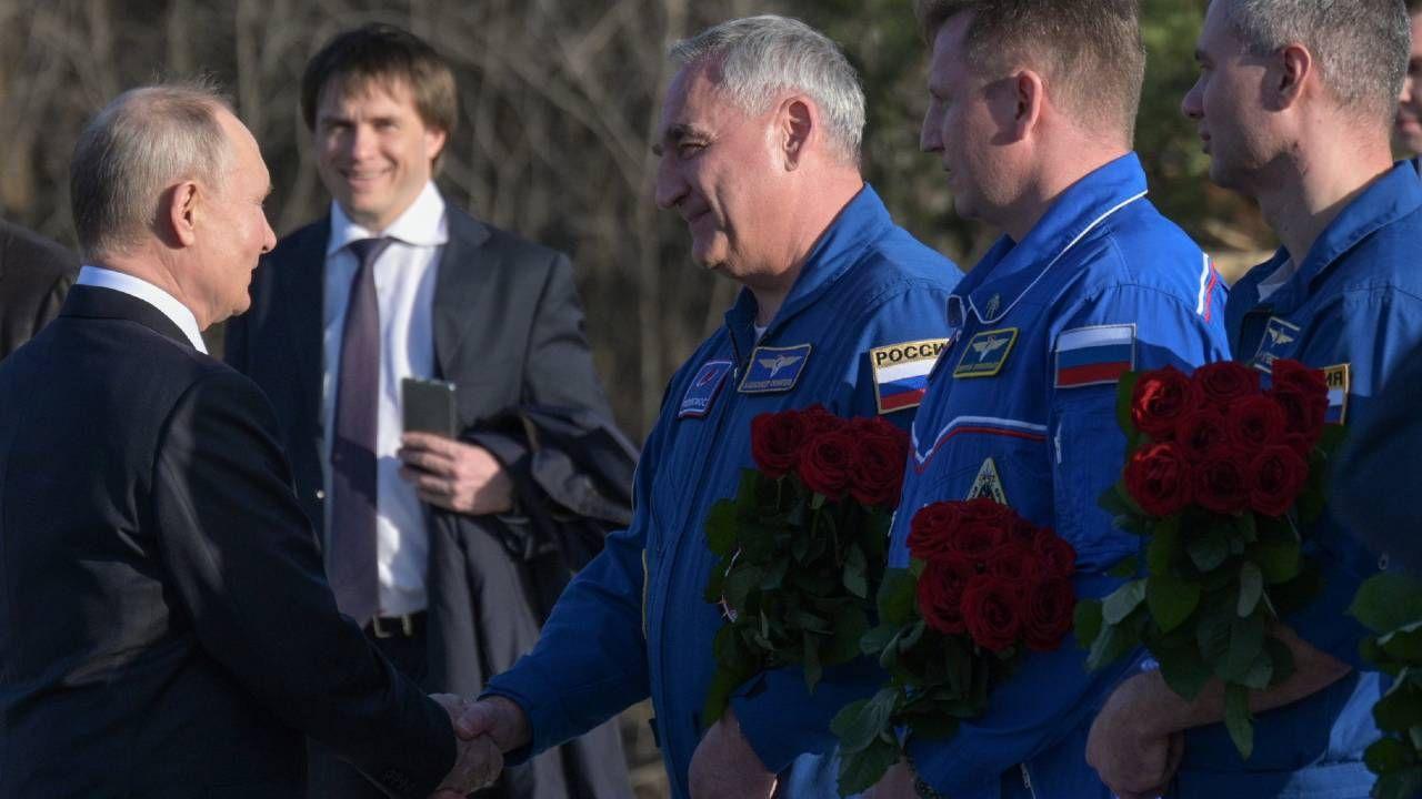 Prezydent Rosji Władimir Putin spotkał się z kosmonautami (fot. PAP/EPA/ALEXEI DRUZHININ / KREMLIN / SPUTNIK / POOL)