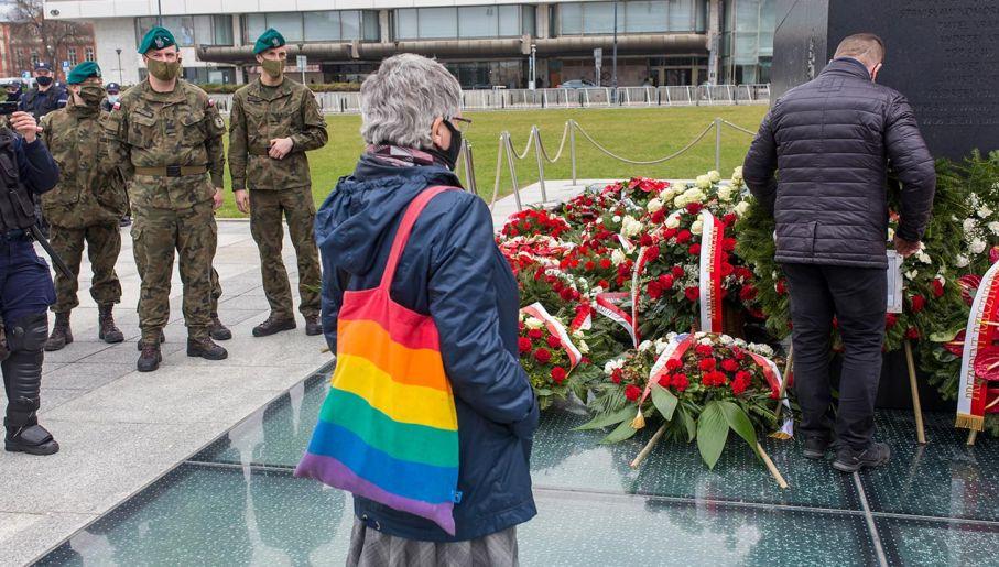 Przed pomnikiem ofiar Smoleńska (fot. Forum/Bartosz Rozalski)
