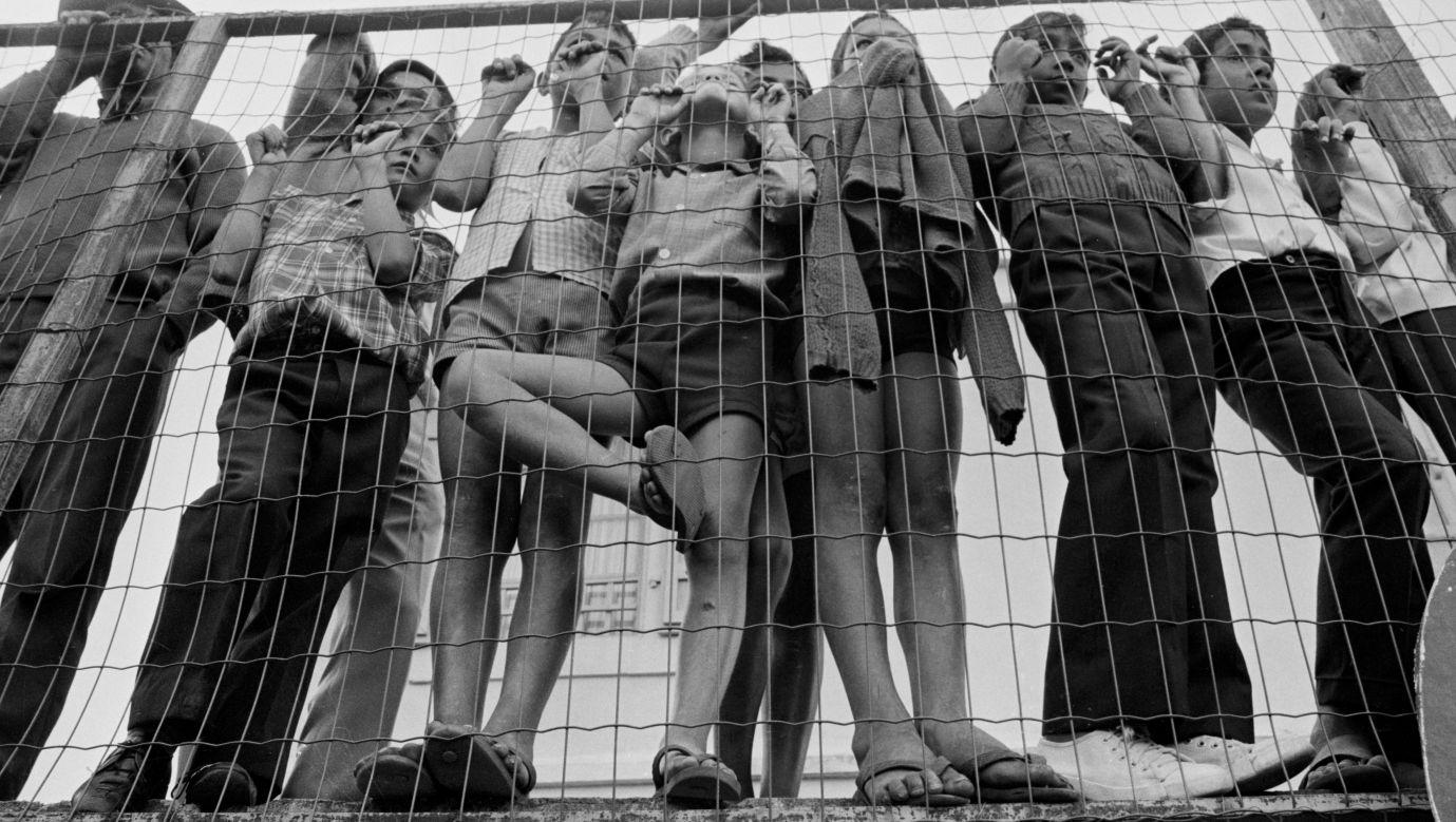 Dzieci ze slumsów w mieście Le Port na wyspie Reunion w 1973 roku. Fot. Alain MINGAM / Gamma-Rapho via Getty Images