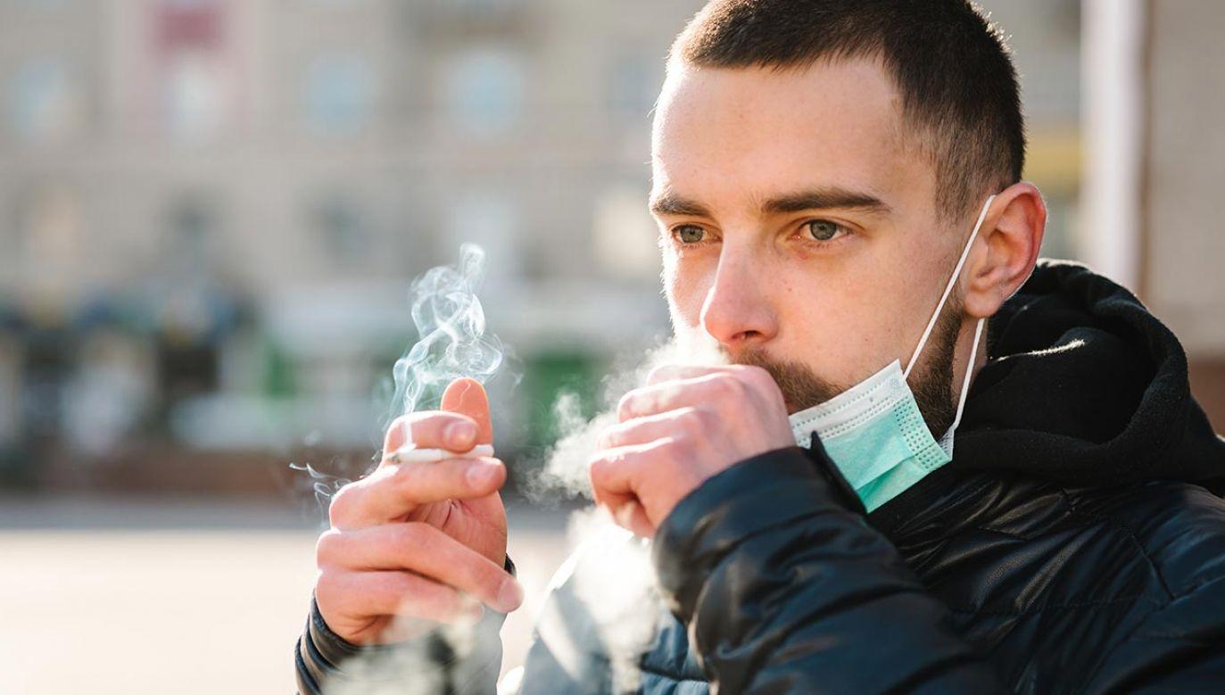 Osoby palące papierosy aż 14. razy bardziej są narażone na ciężki przebieg choroby COVID-19 (fot. Shutterstock/ Sergii Sobolevskyi)