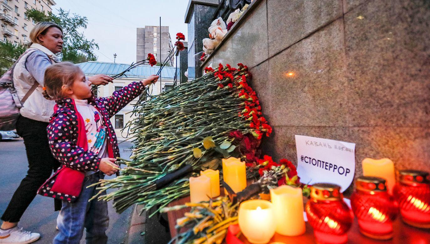 Setki osób oddało hołd ofiarom strzelaniny w Kazaniu (fot. PAP/EPA/YURI KOCHETKOV)