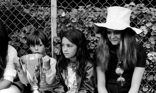 Dzieci Jean-Paula Belmondo i Elodie w 1969 r. w Monako. Mały Paul, Florence i Patricia (zginęła w pożarze mając 41 lat) siedzą w pobliżu boiska piłkarskiego, na którym ich ojciec bawi się