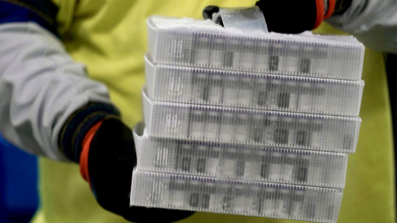 """""""Zakład w Puurs jest w stanie konsekwentnie produkować szczepionki"""" (fot. M.Gash/Pool/Getty Images)"""