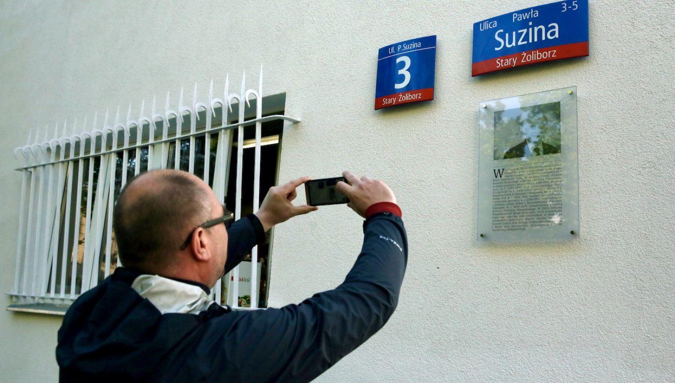 Tablica wisiała na budynku, w którym urodził się i mieszkał Lech Kaczyński (fot. arch.PAP/T.Gzell)