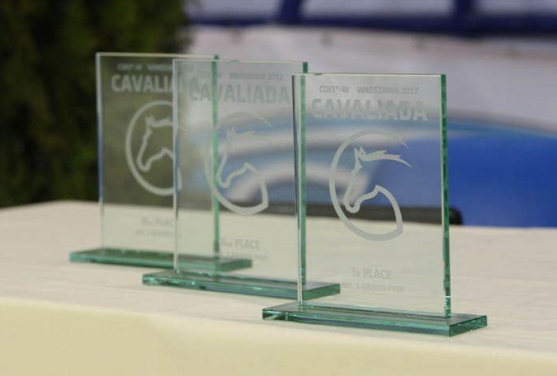 Tak prezentowały się nagrody dla pierwszej trójki (fot. cavaliada-warszawa.pl)