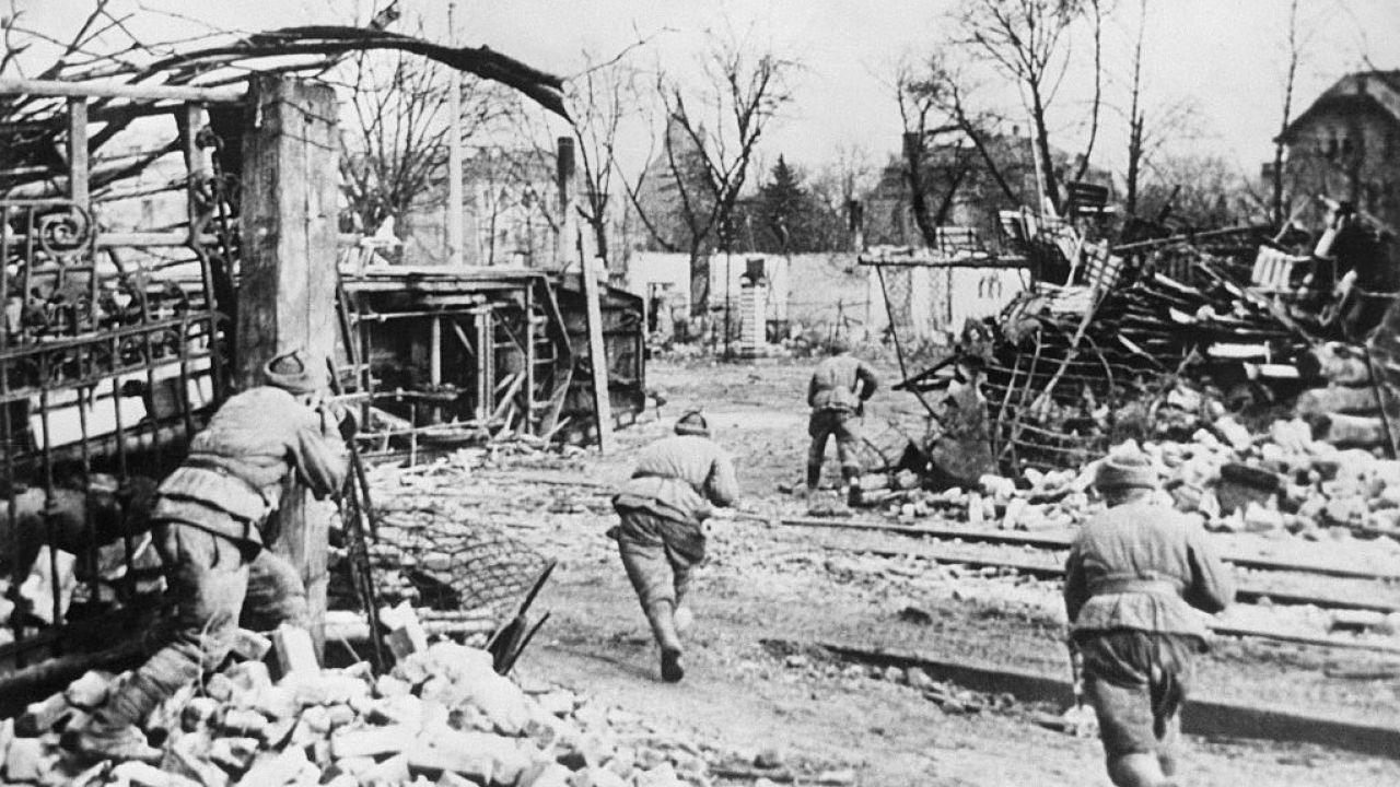 Najazd żołnierzy sowieckich na Śląsku w 1945 roku (fot. TASS via Getty Images)