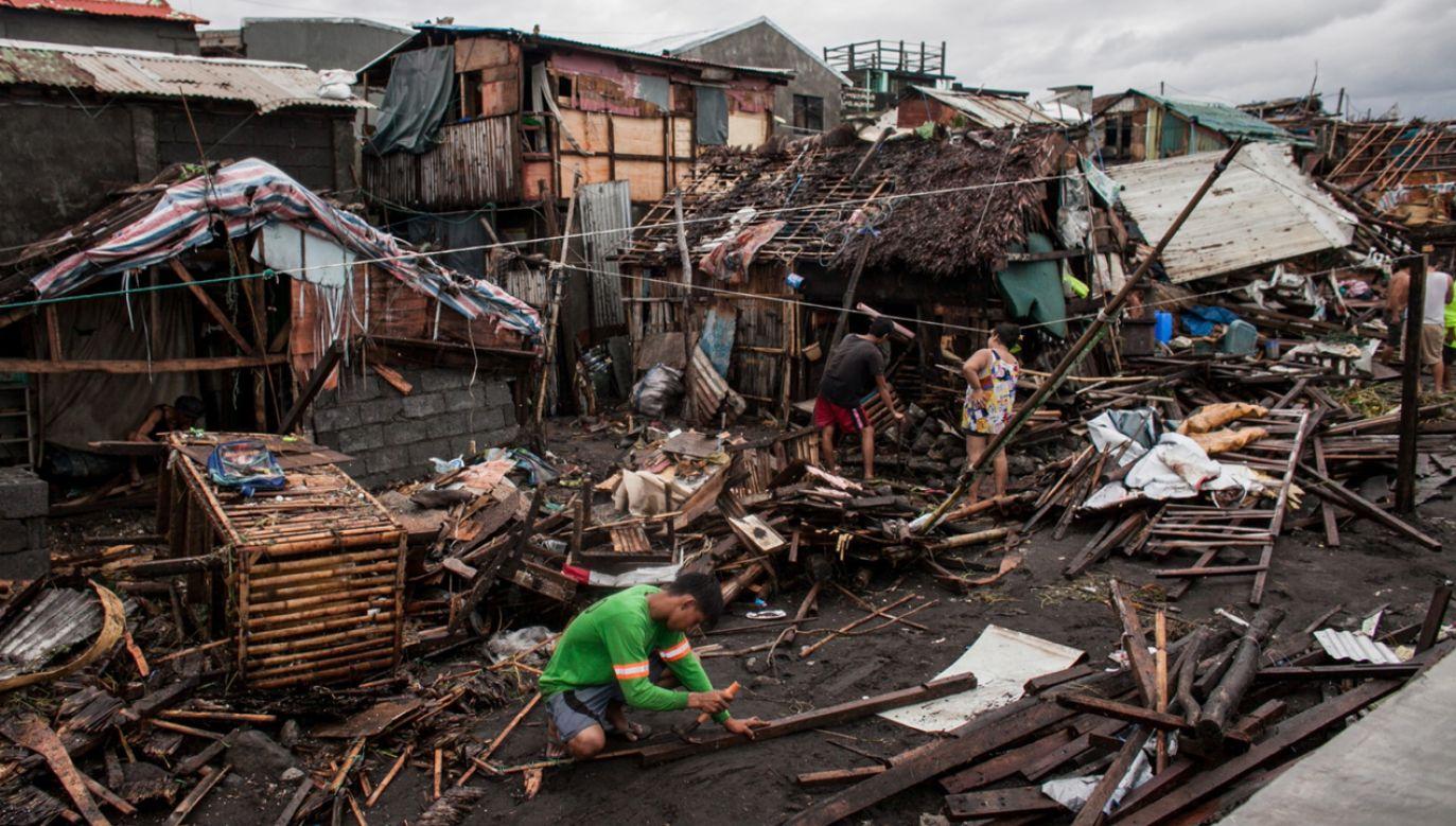 Ludzie wśród zniszczonych domów po przejściu tajfunu Kammuri (fot. PAP/EPA/BASILIO SEPE HANDOUT)