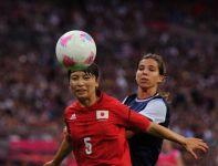 Aya Sameshima i Tobin Heath walczą o piłkę (fot.Getty Images)