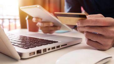 Oszuści straszą przerwaniem dostaw prądu, jeśli nie otrzymają pieniędzy w ciągu doby (fot. Shutterstock/mrmohock)