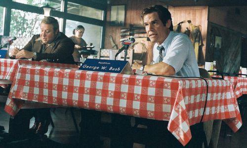 """W."" (2008), reż. Oliver Stone. Paul Rae jako Kent Hance i Josh Brolin jako George W. Bush.  Fot.Milbrook Pictures, Lionsgate, QED International, Omnilab Media, Onda Entertaiment, Emperor Motion Pictures"