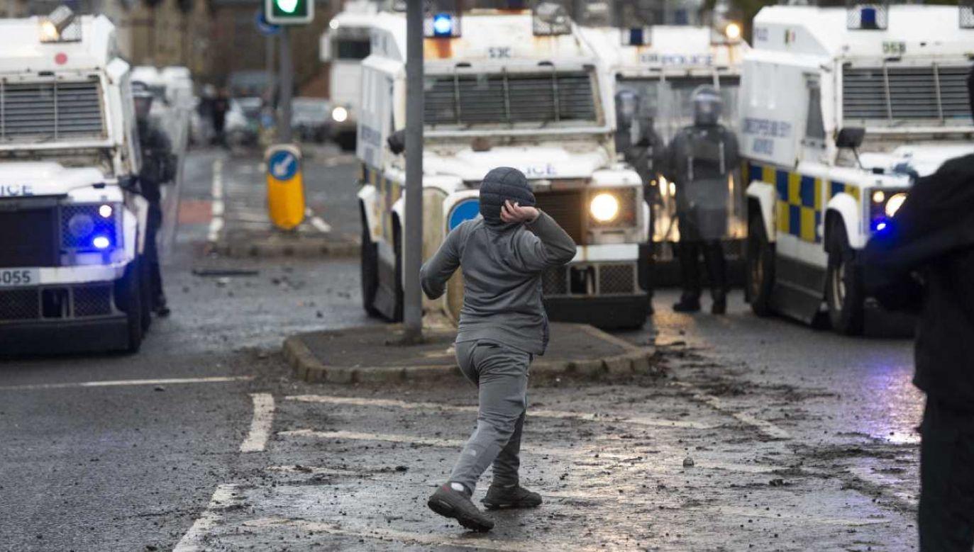 Funkcjonariuszy obrzucono w północnym Belfaście butelkami i kamieniami (fot. PAP/EPA/Mark Marlow)