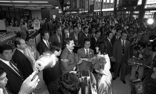 Powitanie Lecha Wałęsy na lotnisku Narita w Tokio Fot. Asahi Shimbun via Getty Images