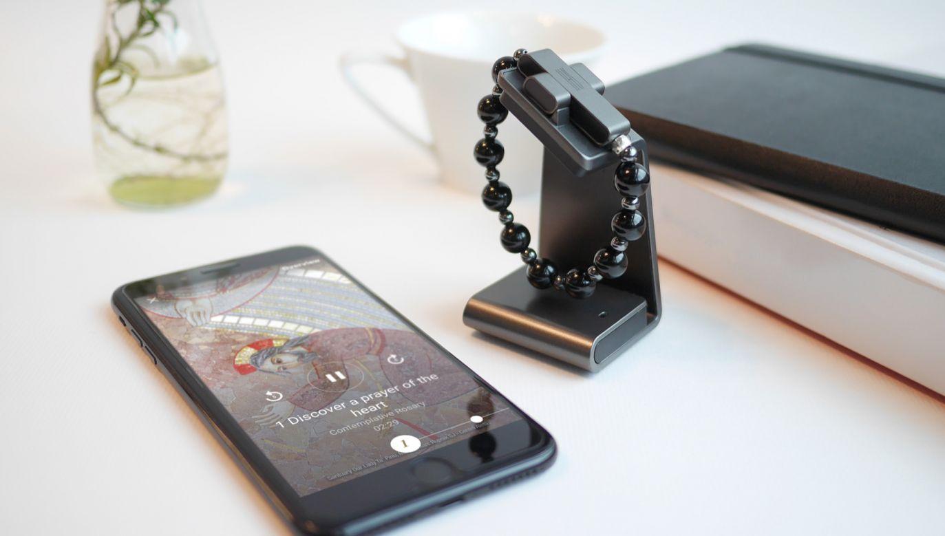 Gadżet składa się z 10 czarnych paciorków z agatu i hematytu oraz metalowego krzyża z wbudowanym czujnikiem ruchu (fot. erosary.clicktoprayerosary.org)