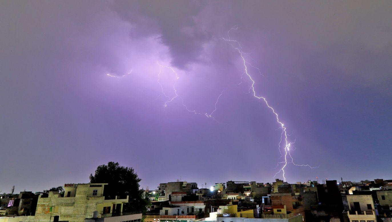 Burzowe niebo i wyładowanie atmosferyczne nad stolicą Radżastanu - Jaipur (fot. Vishal Bhatnagar/NurPhoto via Getty Images)